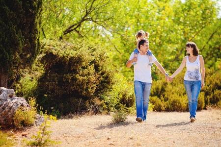 familia paseando con las bolsas porta pañales