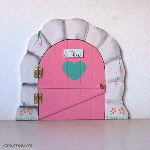 Puerta del Ratoncito Pérez personalizada con un corazón grande