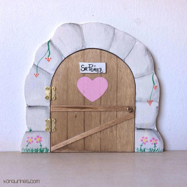Puerta del Ratoncito Pérez modelo Nogal personalizada con un corazón grande