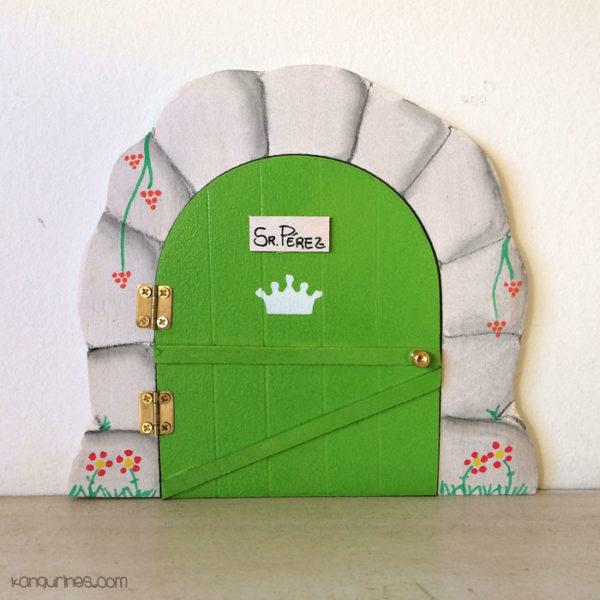 Puerta del Ratoncito Pérez personalizada con una corona