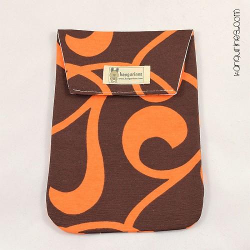 Bolsa porta pañales. Armonía café y naranja