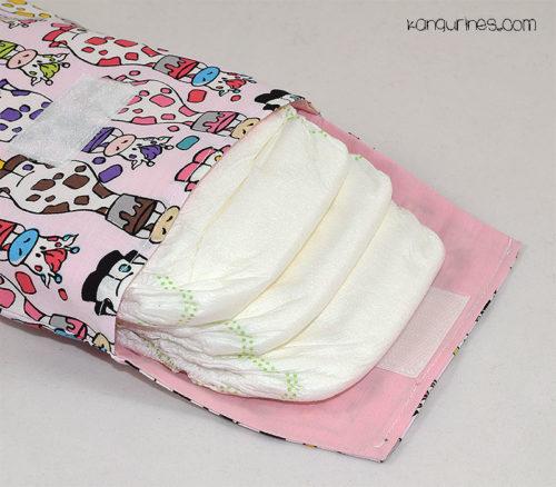Bolsa porta pañales. Jirafas multicolor con fondo rosa