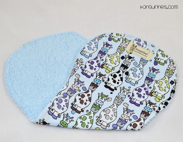Toalla de lactancia / Toalla para el hombro. Jirafas multicolor azul