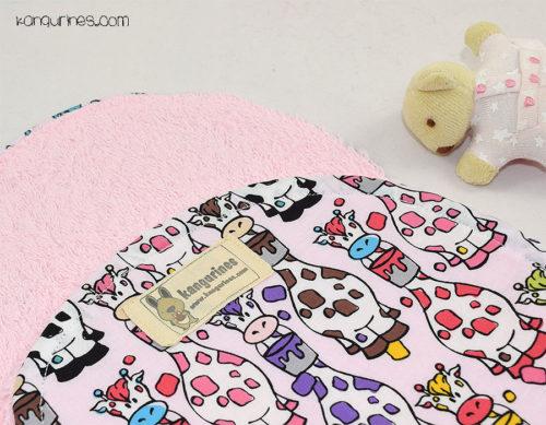 Toalla de lactancia / Toalla para el hombro. Jirafas multicolor rosa