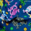 Calaveras multicolor sobre fondo azul