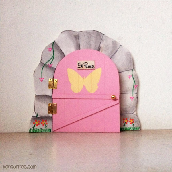 Puerta Ratoncito Pérez. Personalizada con una mariposa grande