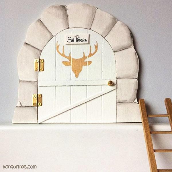 Puerta Ratoncito Pérez. Personalizada con motivo de ciervo